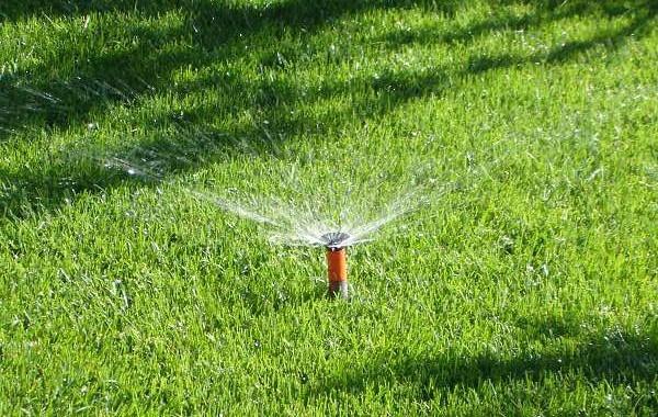 Gardena Bewässerungsanlagen ist unser Kernhandwerk! Wir sind einer der Wenigen Kompetence Partner in Deutschland. Hier sehen Sie einen Gardena Versenkregner. Der Automatische Garten ist da! Wir installieren Ihre Bewäserungsanalge und Ihre Rasenmähroboter. Von der Planung bis zur Ausführung unsterstützen wir Sie!