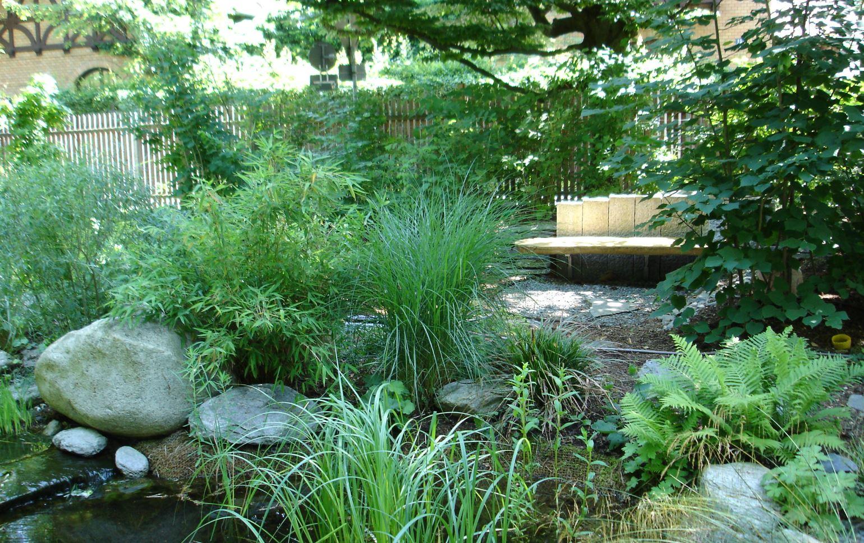 Beete und Naturgärten sind kein Fremdwort für uns. Rufen sie uns an. Hier sehen Sie einen von der Firma Gartenwicht umgestzen Naturgarten. Wir sind Ihr Gartenbau Partner in Augsburg und Umgebung